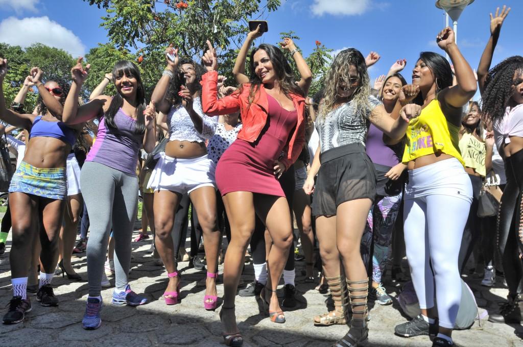 Ex-bailarina do Domingão Carla Prata (de vermelho) com as candidatas em Vitória