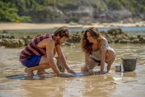 Beto ( Emilio Dantas ) tenta catar marisco com Luzia ( Giovanna Antonelli )